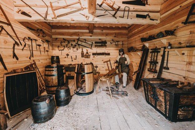 Historická časť expozície Nestville Destillery - debnárstvo.