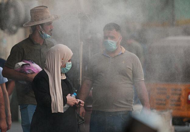 Ľudia sa ochladzujú pred letnými horúčavami v irackom Bagdade.