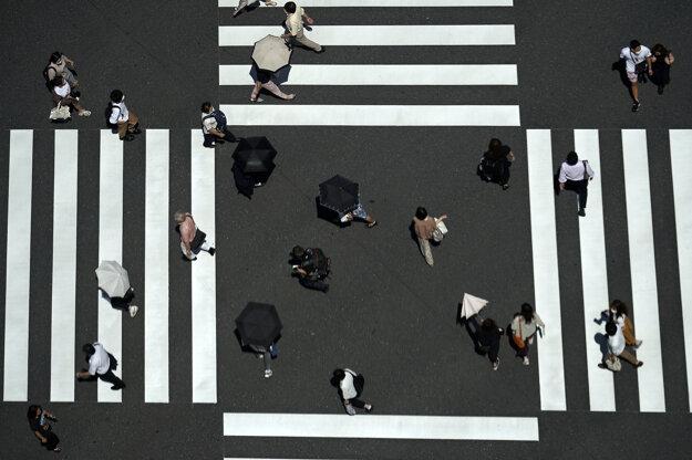 Ľudia kráčajú cez križovatku na ulici v Tokiu. Počet prípadov nákazy koronavírusom v meste sa postupne zvyšuje od 25. mája, keď vláda zrušila v metropole núdzový stav.