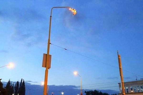 Lampa horela v hornej časti.