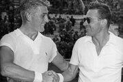 Lew Hoad gratuluje Jaroslavovi Drobnému (vpravo) k víťazstvu na tenisovom turnaji v Ríme v roku 1953.