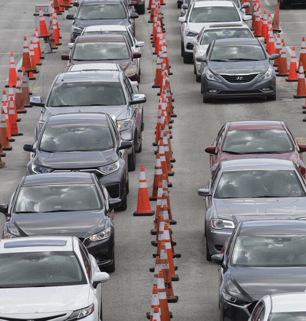 Ľudia v autách na Floride čakajú na test na koronavírus.