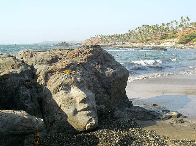 Podoba boha Šivu vytesaná do skaly na pláži Vagator podľa predstavy neznámeho umelca v minulom storočí.