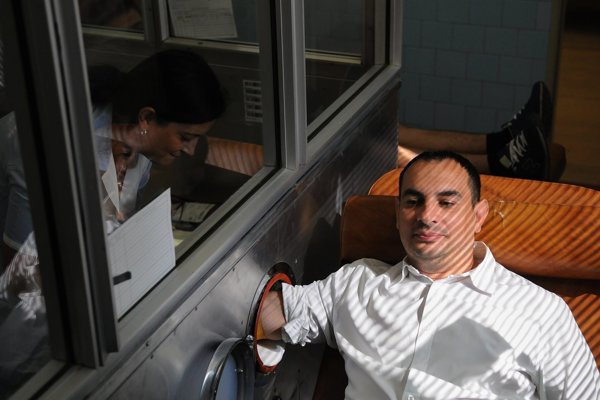 Peter Pollák viackrát organizoval Rómsku kvapku krvi. Na snímke sám prvýkrát v živote daruje krv na hematologicko-transfúznom oddelení v nemocnici v Levoči počas rovnomennej akcie 4. augusta 2015.
