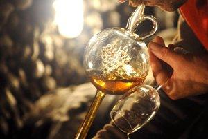 Hever na víno v v klasickej tokajskej pivnici. Ušľachtilá pleseň Botrytis Cinerea pomáha vytvárať tokajské výbery.