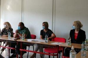 Soňa Hanzlovičová (uprostred) si prišla do Richnavy vypočuť možnosti riešenia štátnej školy.
