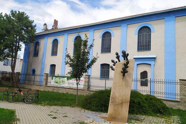 V parčíku vedľa židovskej synagógy stojí pamätník holokaustu