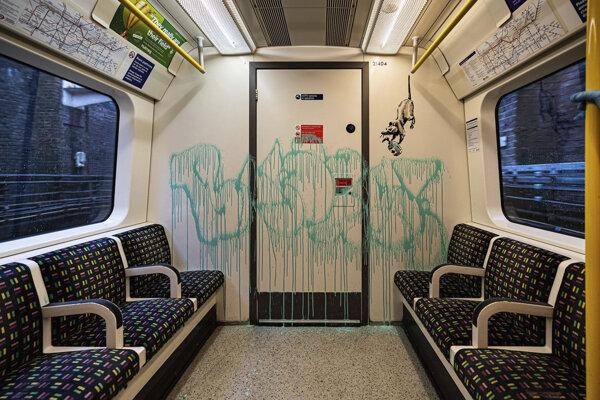 Krysa a nápis Banksy, ktorý zelenou farbou na dvere vodiča londýnskeho metra nastriekal britský umelec a aktivista Banksy v utorok 14. júla 2020.