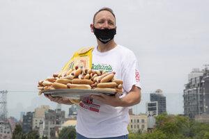 Joey Chestnut, ktorý počas posledného ročníka súťaže v jedení hotdogov stanovil nový rekord. Zhltol 75 párkov v rožku. Podľa novej štúdie teoreticky má ešte rezervu.