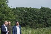 Na snímke zľava minister obrany Jaroslav Naď, generálny riaditeľ štátneho podniku Vojenské lesy a majetky Ján Jurica a minister životného prostredia Ján Budaj.