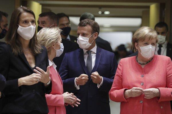 Belgická premiérka Sophie Wilmesová, predsedkyňa Európskej komisie Ursula von der Leyenová, francúzsky prezident Emmanuel Macron a nemecká kancelárka Angela Merkelová.