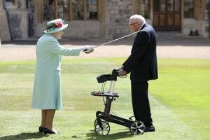 Britská kráľovná Alžbeta II. pasuje veterána Toma Moora za rytiera.