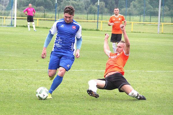 Tvrdošín (v modrom) vyhral doma s Chlebnicami gólom z poslednej minúty.