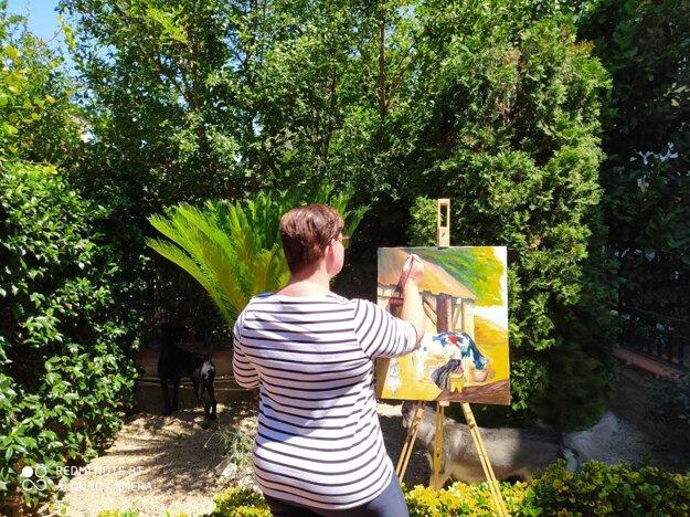 Marcela vo voľnom čase maľuje obrazy.