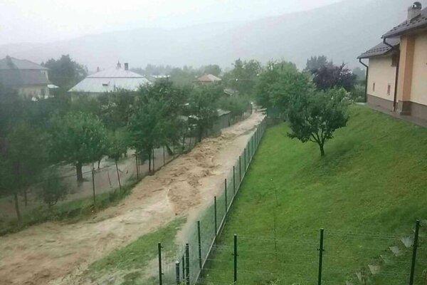 Povodne v nedeľu zasiahli horný Zemplín.