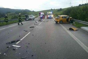 Zrážka troch áut pri Brusne.