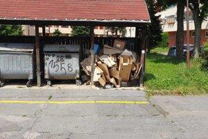 V Kežmarku  často pribúdajú pri kontajnerových stojiskách množstvá odpadov.