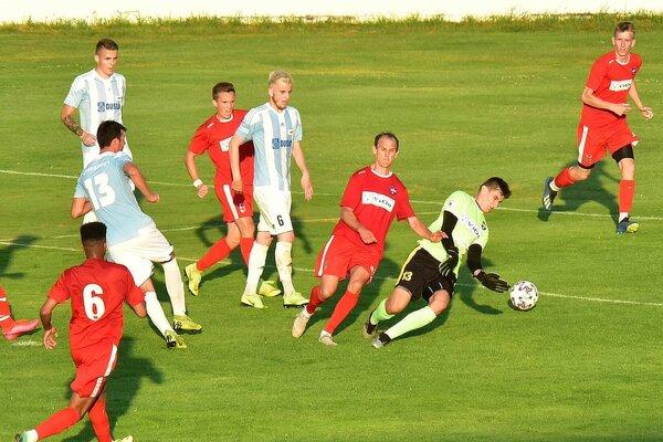 Šaľania (v bielomodrých dresoch) proti ViOnu v závere otočili z 0:1 na 2:1.
