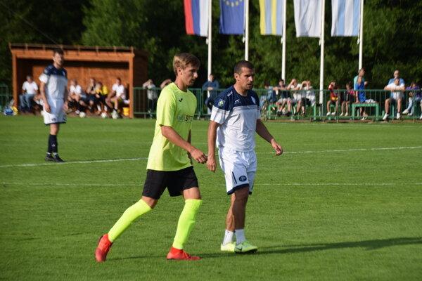 Viktor Pečovský (vpravo) v drese Makova.