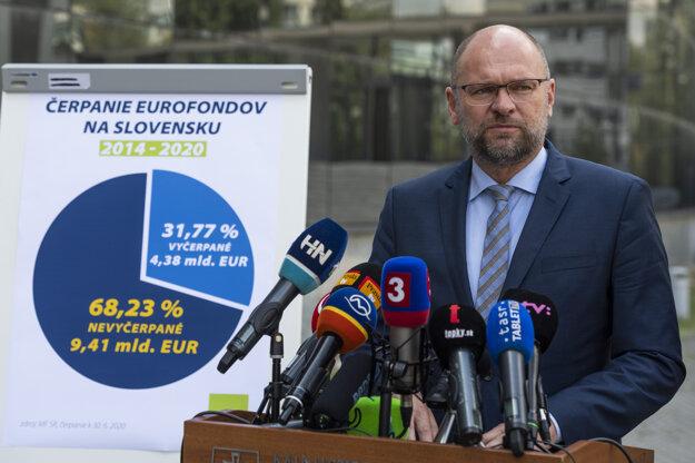 Minister hospodárstva Richard Sulík počas tlačovej konferencie na tému: Ako vyčerpať miliardy z Bruselu.