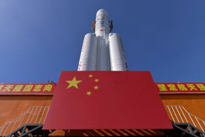 Na fotografii čínskej tlačovej agentúry Xinhua je raketa Long March-5 v čínskom vesmírnom centre Wenchang 17. júla 2020.