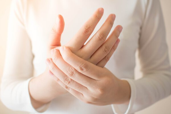 Opúch rúk môže mať rôzne príčiny, no najčastejšie k nemu dochádza pri zvýšených teplotách.
