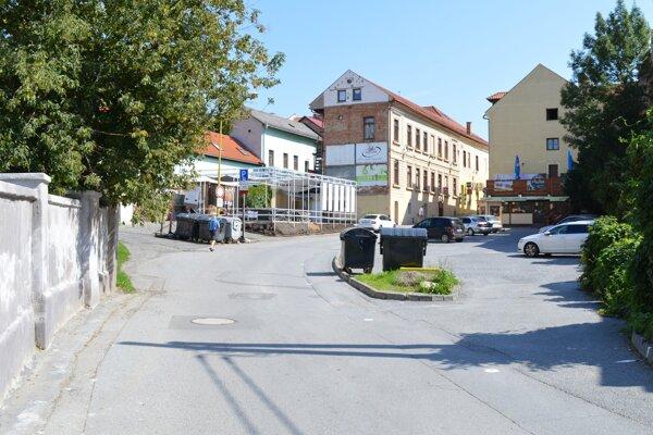 Jarková ulica a súkromné parkovisko oproti synagóge. Mesto navrhlo odkúpiť pás súkromného pozemku, aby mohlo dokončiť opravu.