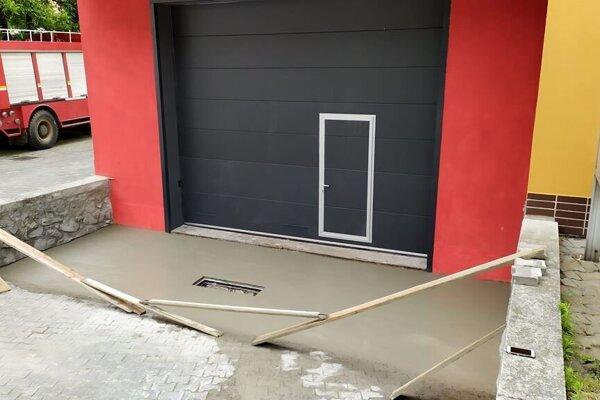 Nová brána a vstup do hasičskej zbrojnice v Kraľovanoch.