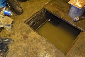 Voda sa dostala aj do pivníc domov.