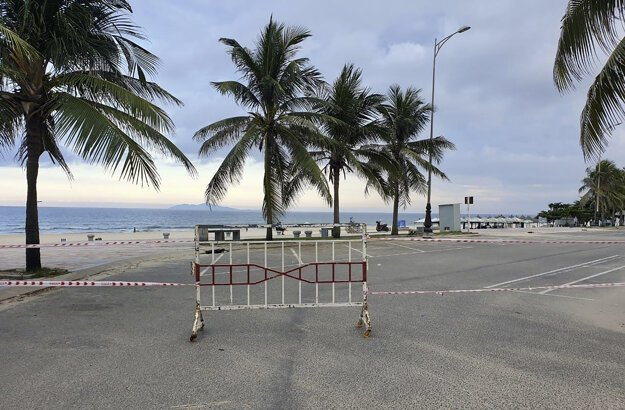 Zatvorený vstup na pláž po zavedení tzv. lockdownu vo vietnamskom meste Danang.