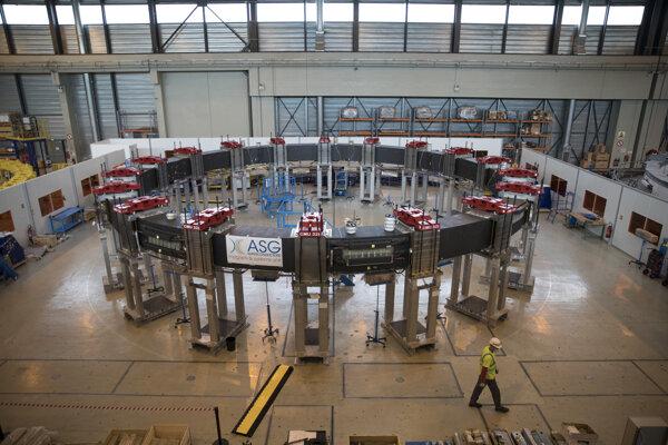 Jedna z viacerých magnetických cievok, ktoré v montážnej hale skladajú pre budúci experimentálny reaktor ITER.