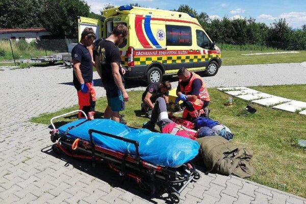Pomoc záchranárov zranenému horolezcovi.