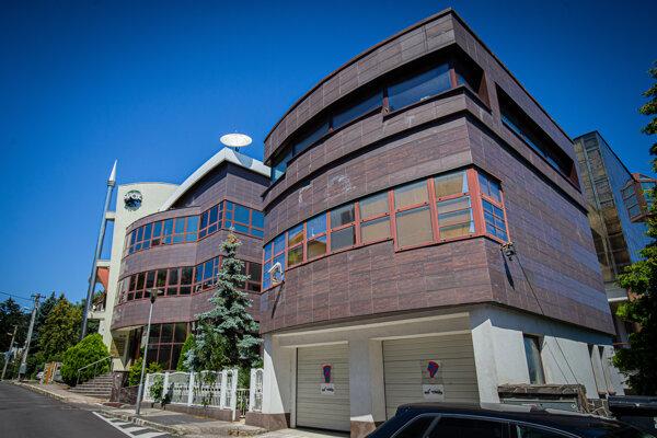 Základňa Majských v Bratislave je rozdelená na dve časti. Vpravo je obytná vila a vľavo kancelárske priestory pre ich firmy.