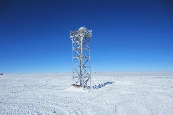 Pokusný ďalekohľad na osemmetrovej veži na vrchole antarktickej plošiny Dome A ukázal, kde je na Zemi najvhodnejšie miesto na pozorovanie oblohy.