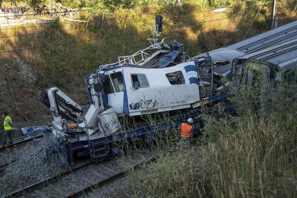 Vrak vozidla údržby trate po zrážke s medzimestským vlakom (vpravo) v portugalskom meste Soure 31. júla 2020. Nehoda si vyžiadala dvoch mŕtvych vo vozidle údržby trate a niekoľko vážne zranených cestujúcich vo vlaku.