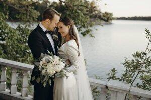 nska premiérka Sanna Marinová a jej manžel Markus Räikkönen pózujú na svadobnej fotografii po sobáši, ktorý sa uskutočnil v oficálnej rezidencii fínskeho premiéra Kesäranta v Helsinkách.