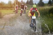 V úvode trate museli cyklisti prekonať aj potok.