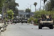 Afganské bezpečnostné sily sa zhromažďujú pred väzením v meste Džalálábád 3. augusta 2020.