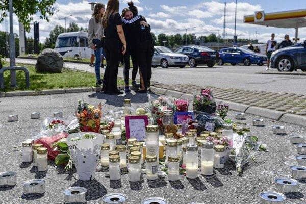 Na mieste činu, kde zomrela mladá dievčian, ľudia zapaľujú sviečky.