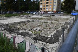 Železobetónová základová doska, ktorá zostala po bytovke na Mukačevskej ulici v Prešove.