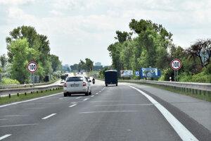 Rýchlosť 100 km/h je predpísaná pred čerpacou stanicou, zmení sa na 80 km/h.