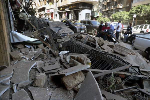 Tlaková vlna po masívnom výbuchu v Bejrúte poškodila viacero budov aj autá na uliciach.