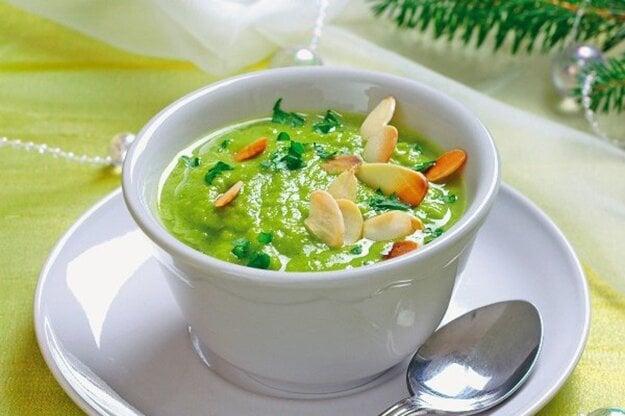 Hrášková polievka s mandľovými lupienkami.