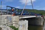 Most v Strážskom má taktiež nosníky Vloššák.