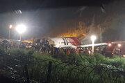 Lietadlo spoločnosti Air India Express skĺzlo z dráhy počas pristávania v indickom meste Kalikut 7. augusta 2020.