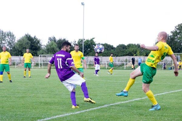 V šiestej lige futbalisti Branču (v žltých dresoch) porazili Janíkovce jasne 10:0.