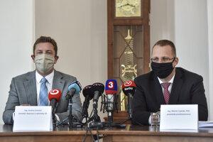 Minister dopravy a výstavby SR Andrej Doležal (nominant Sme rodina) a generálny riaditeľ Slovenskej pošty Martin Ľupták.