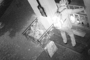 Muža zachytila bezpečnostná kamera