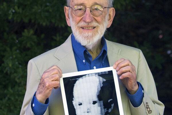 Russell Kirsch s digitálnou fotografiou svojho syna Waldena.