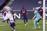 Robert Lewandowski strieľa gól v zápase FC Barcelona - Bayern Mníchov.